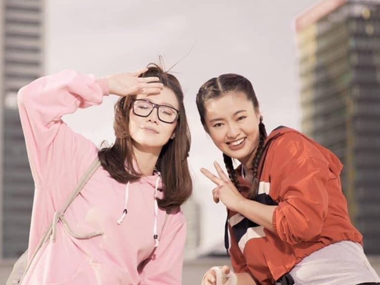 Duas mulheres chinesas representando dia dos solteiros na China