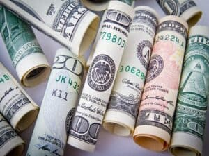 notas de dólar enroladas dólar acima de R$ 6representando