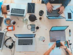 mesa de trabalho compartilhada, representando empresas oferecem vagas de emprego e estágio