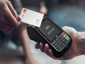 cartão c6 passando em maquininha, representando pix gratuito para empresas