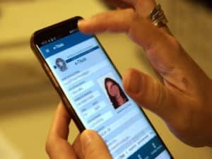 celular com aplicativo do e-título, representando título de eleitor pela internet
