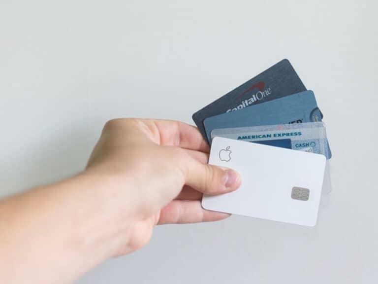 pessoa segurando vários cartões de crédito, representando fazer um cartão de crédito