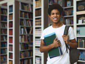 estudante negro representando melhor estágio do mundo