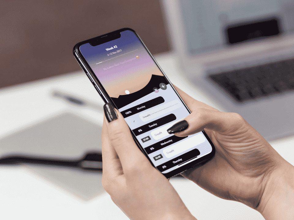celular em mãos femininas respondendo pesquisas online