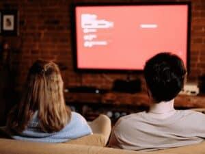 casal assistindo tv, representando melhores ofertas de tvs na black friday