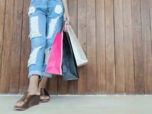 pernas e sacolas de compras, representando mês de ofertas no inter