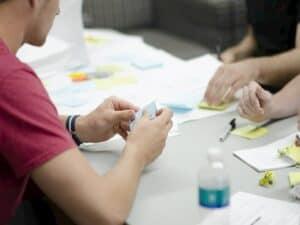 sala de reunião de startups representando negócios de fintechs na América Latina