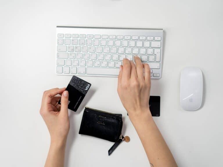 mãos em teclado, representando cyber monday
