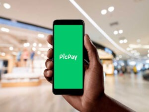 celular com logo do picpay, representando primeira transação do Pix no PicPay