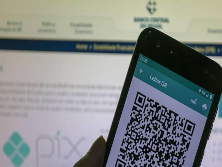 celular lendo qr code do pix, representando ajustes-pix
