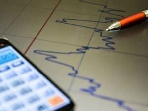 Gráfico e calculadora representando prazo de investimento.