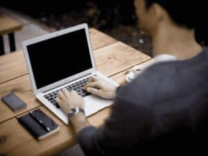 homem no computador, representando quitar dívidas por R$ 50