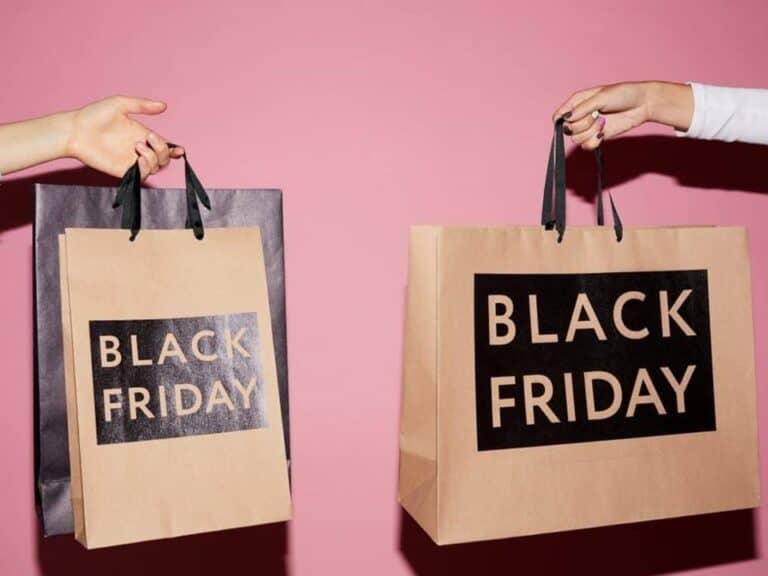 sacolas de compras escrito black friday, representando redes varejistas aumentam os preços
