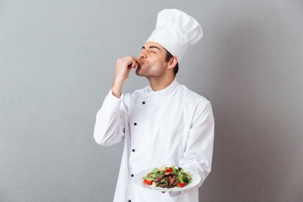 homem apresenta um prato de saladas que venda para fazer renda extra com marmita