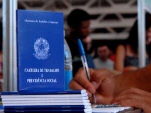 Imagem de uma carteira de trabalho para ilustrar o conteúdo sobre seguro-desemprego