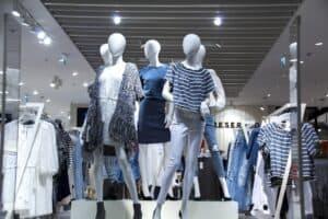 manequins, representando vendas online de roupas