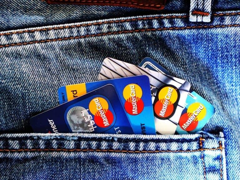 Um bolso com vários cartões, simbolizando o ato de solicitar cartão de crédito.