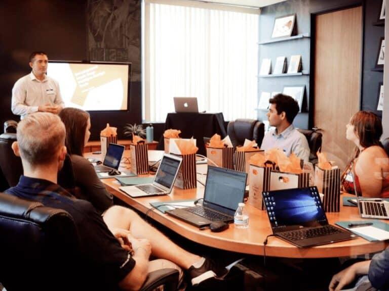 reunião de funcionários, representando startups nacionais
