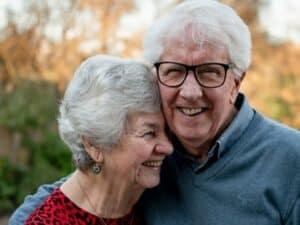 casal de idosos representando vagas para profissionais acima de 50 anos
