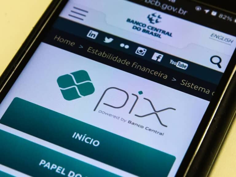 celular exibindo site do banco central com logo do pix, representando falhas no pix