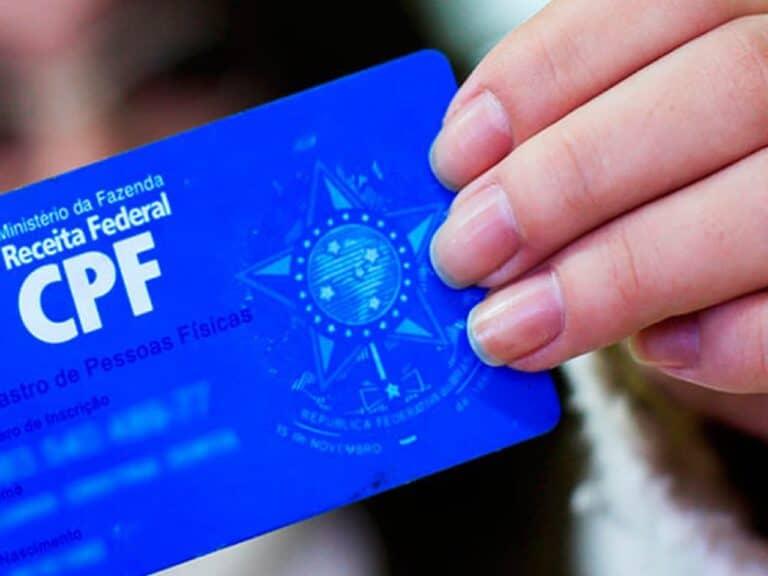 mão segurando CPF representando fim do RG