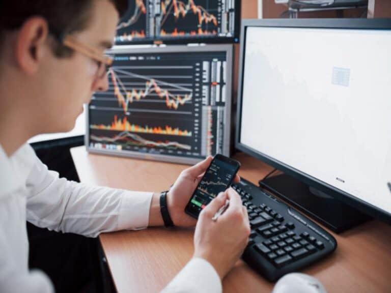 homem no computador, representando Ibovespa sobe quase 16%