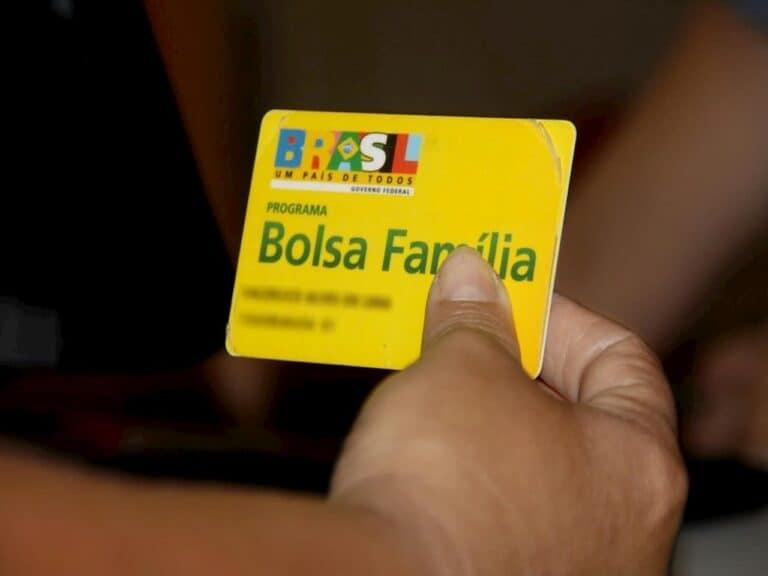 mão segurando cartão do Bolsa Família representando ampliação do bolsa família