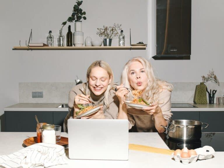 pessoas comendo uma alimentação sustentável