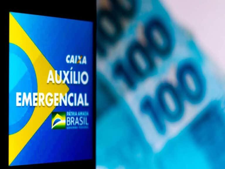 celular com logo do auxílio emergencial e cédulas de R$ 100, representando última parcela auxílio