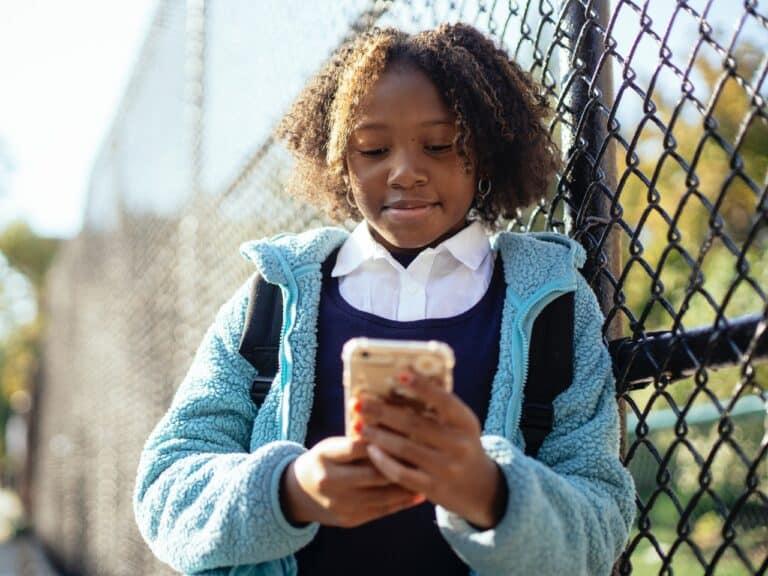 menina acessando celular, representando beneficios para clientes pix
