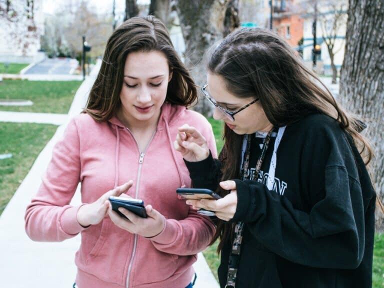 mulheres acessando celular, representando campanha de natal da tim