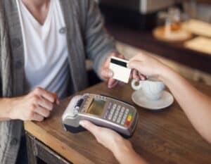 cliente usando um cartão de crédito pré-pago