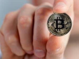 mão segurando bitcoin
