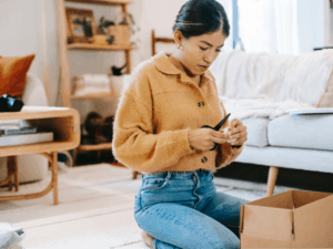 Imagem de uma mulher trabalhando em casa, ilustrando o post sobre como ganhar dinheiro extra