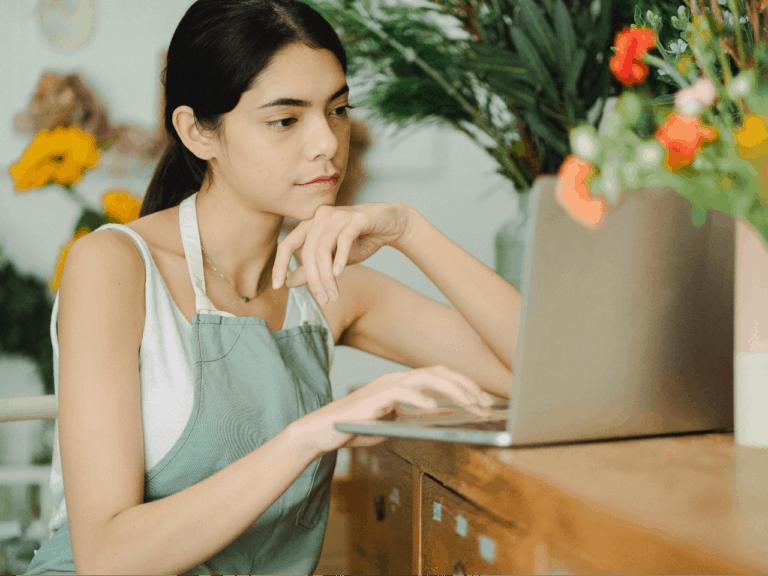Imagem de uma empreendedora usando seu computador para entender como receber pelo PicPay