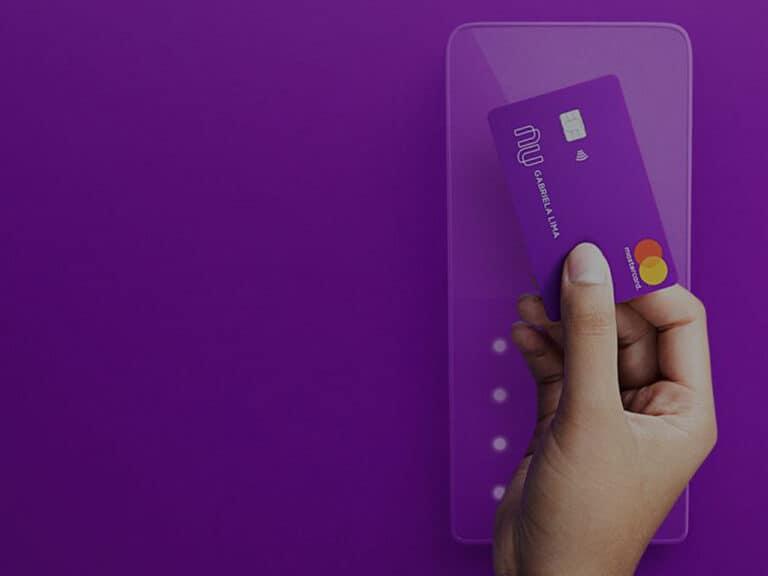 pessoa realizando compra por aproximação com cartão nubank