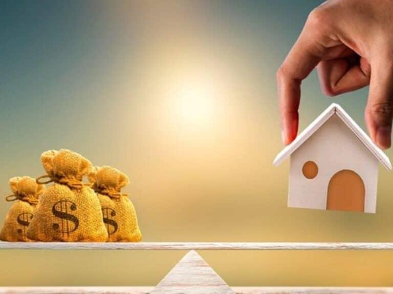mão segurando miniatura de casa, representando credito com garantia de imóvel