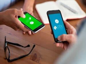 pessoas utilizando celulares, representando pagamento do dae