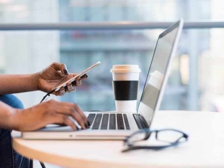 pessoa acessando computador, representando dominios maliciosos no pix
