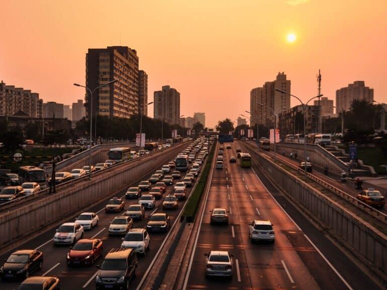 avenida com carros, representando cobrança da taxa do dpvat