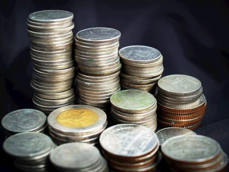 pilhas de moedas representando famílias brasileiras com dívidas