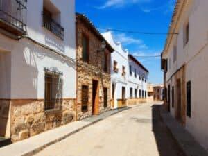 Rua com casas, representando financiamento de imóveis com poupança
