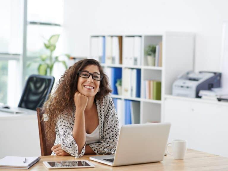 mulher em ambiente de trabalho representando empréstimo para mulheres empreendedoras