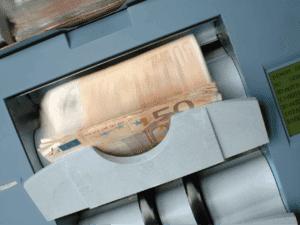 Imagem de várias notas de Euro, representando a fortuna do homem mais rico do Brasil que é Joseph Safra