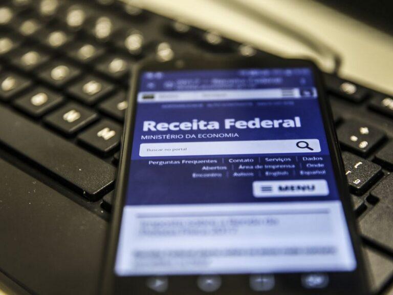 celular no site da receita federal, representando consulta do lote residual de restituição