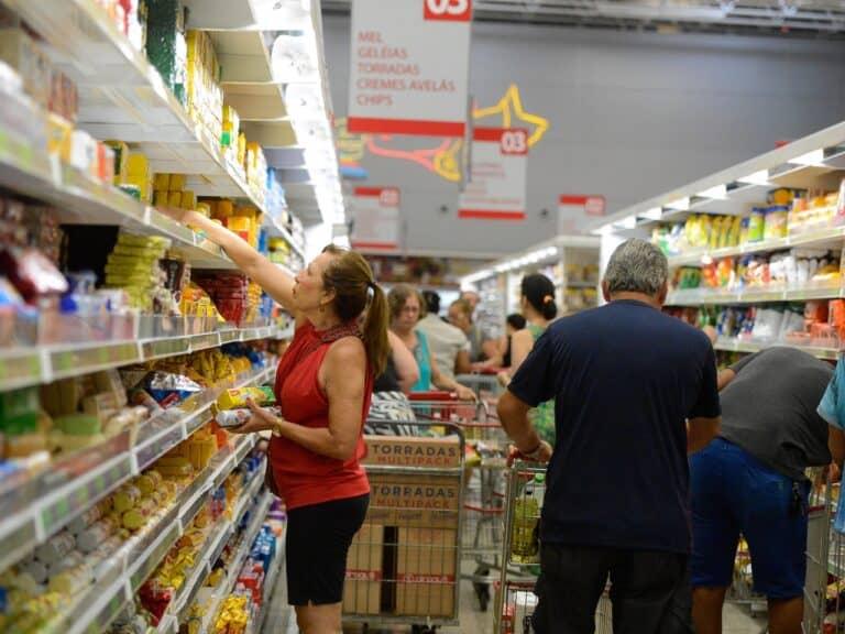 pessoas em supermercado, representando inflação dos mais pobres
