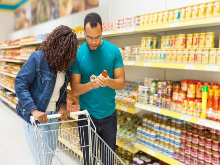 casal no supermercado, representando Inflação mensal abaixo da meta
