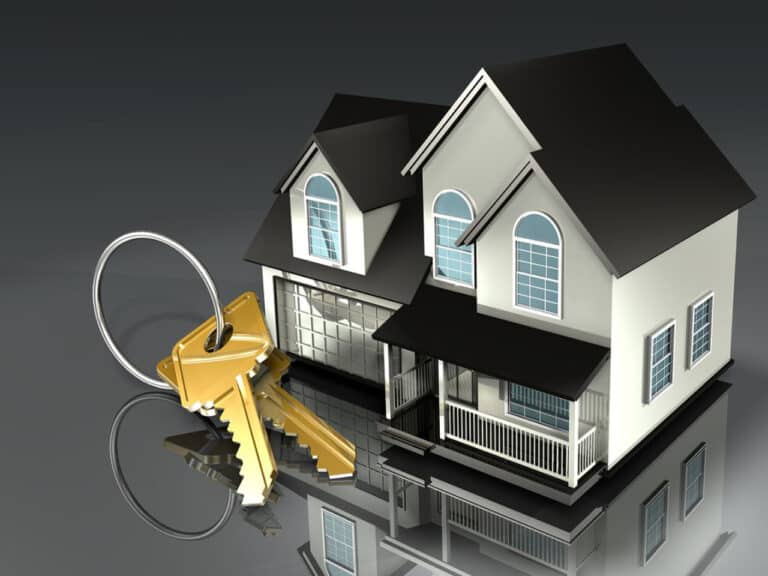 miniatura de casa com chaves, representando investimentos para 2021