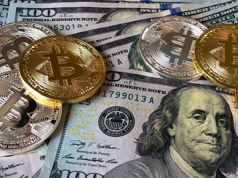 moedas de bitcoin e dólares, representando investimentos com a selic a 2