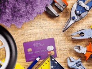 cartão nubank rodeado de ferramentas, representando investimentos no nubank